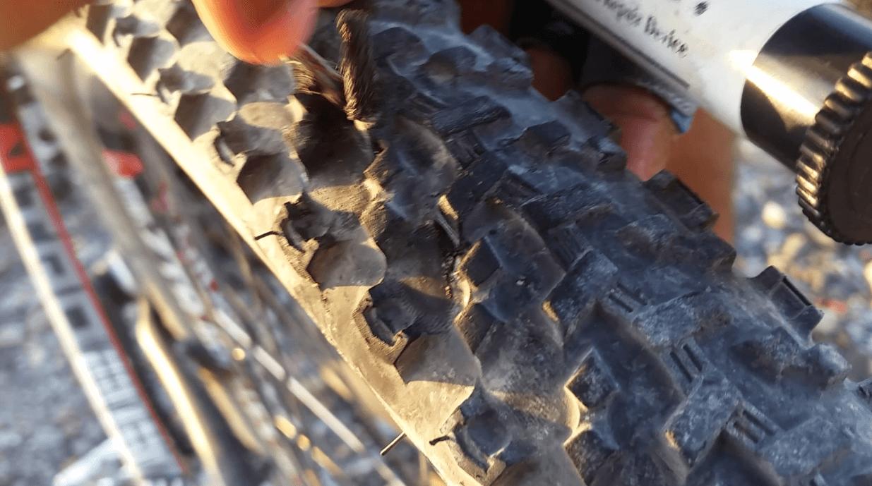 Reparación rápida de pinchazo de rueda de bicicleta de montaña con tubeless usando mechas