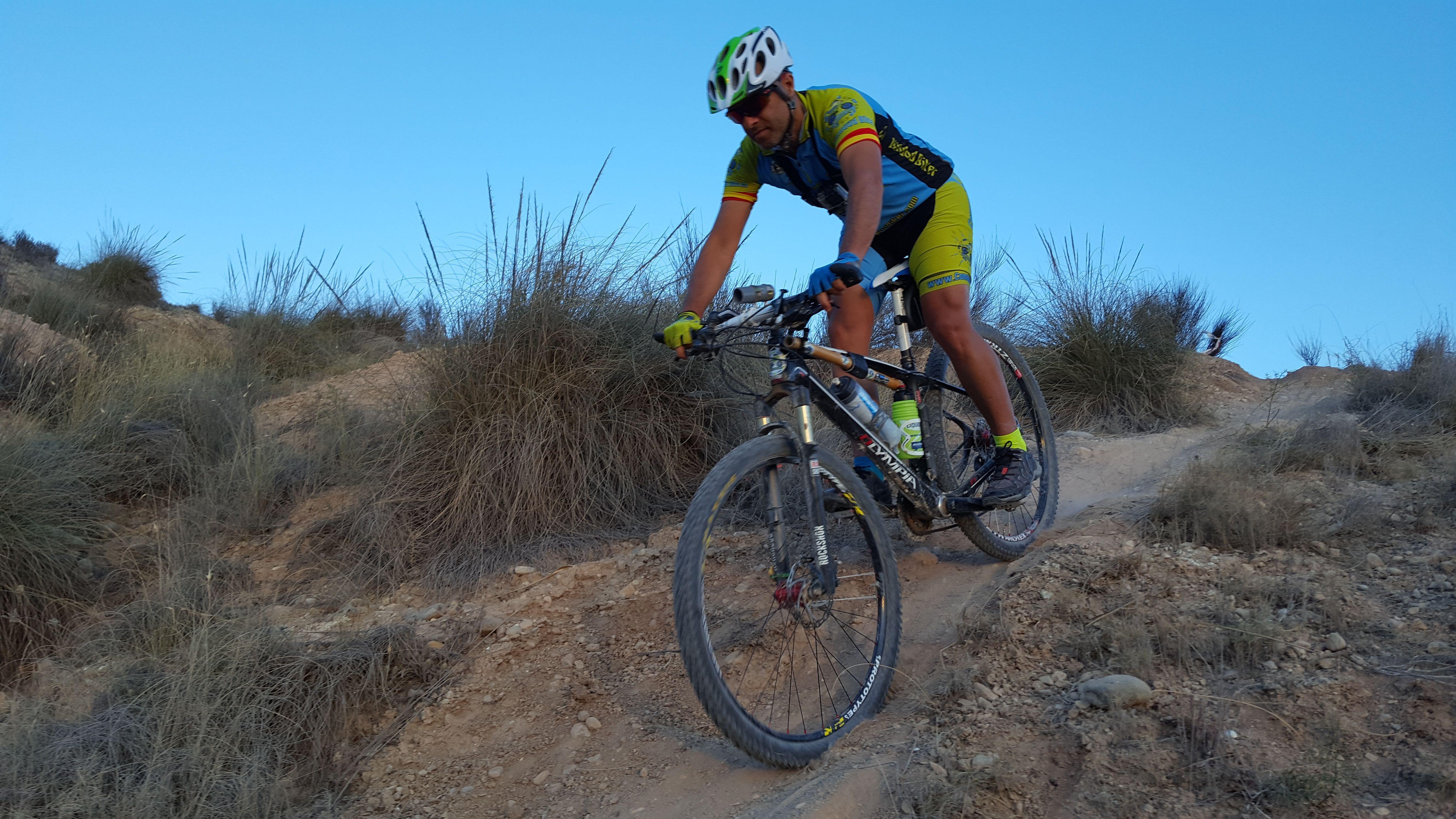 Técnica de descenso MTB, cómo bajar por sendas con la bici de forma segura