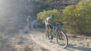 Ciclistas de montaña haciendo descenso por senda empedrada sierra Muela de Albudeite por Comunidad Biker MTB