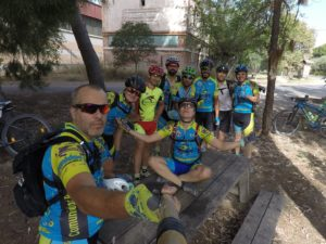A la sombra de los árboles en ruta larga y calurosa de ciclismo de montaña por Comunidad Biker MTB
