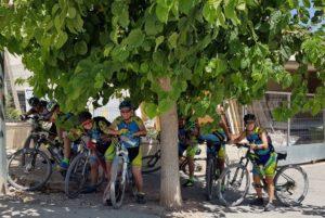 A la sombra de una morera esperando al comunitario Guillermo de Ciclopasión en Bullas por Comunidad Biker MTB