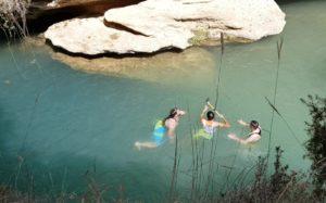 Baño refrescante de ciclistas en Salto del Usero en Bullas río Mula por Comunidad Biker MTB