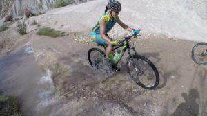 Cruzando el río Chícamo con la bicicleta en Abanilla por Comunidad Biker MTB