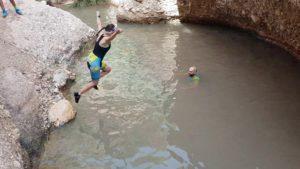 Salto una poza del río Chícamo en el Cajel en Abanilla con baño por Comunidad Biker MTB