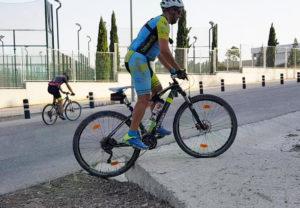 Técnica de ascenso de escalón o resalto - Cómo subir un escalón con la bicicleta de montaña - Acenso de escalón o resalto en ciclismo de montaña por Comunidad Biker MTB