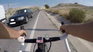 Adelantamiento ilegal de coche con ciclista de frente