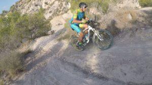 Ascenso de rampa inclinada y técnica por las Salinas de Molina del comuntiario Aurelio por Comunidad Biker MTB