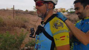 Colocando el arnés del pecho con la GoPro y el estabilizador gimbal WG2 de Feiyu por Comunidad Biker MTB