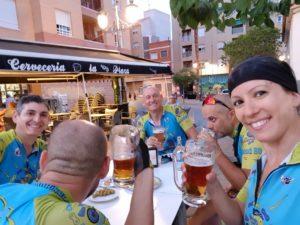 Tomando cervezas y refresco en bar La Plaza en Molina de Segura por Comunidad Biker MTB