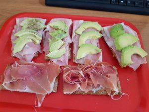Tostadas de aguacate jamón cocido y jamón serrano para desayuno de ciclista