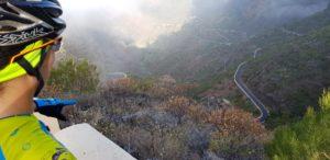 Carretera sinuosa desde Santiago del Teide a Masca en Tenerife con Masca abajo por Comunidad Biker MTB
