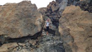 Comunitaria Patricia entre piedras volcánicas en ascenso al Teide en Tenerife por Comunidad Biker MTB