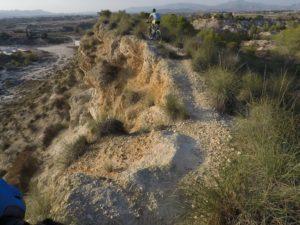 Sendero de la cresta de las Salinas con barranco a un lado por Comunidad Biker MTB