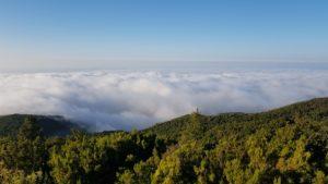 Vista sobre la bruma y la niebla en cima de la montaña de Santiago del Teide en Tenerife por Comunidad Biker MTB