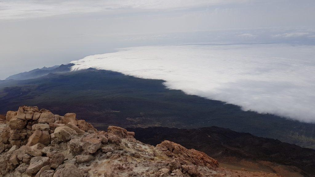 Vistas de la costa con bruma desde el Pico del Teide el cráter por Comunidad Biker MTB
