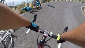 Comunitarios tirados en el suelo esperando al empajarado en Morrón de Sierra Espuña por Comunidad Biker MTB