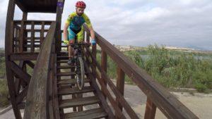 Descenso de escaleras en mirador de Lagunas de Campotéjar por Comunidad Biker MTB