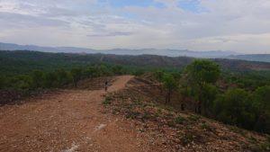 Ascenso por camino en Cortafuegos del Coto Cuadros por Comunidad Biker MTB en día de lluvia