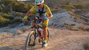 Ascenso senda inclinada en lago de Altorreal probando bicicleta por Comunidad Biker MTB
