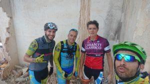 Ciclistas en Casa Calarria del Coto Cuadros con lluvia por Comunidad Biker MTB