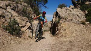 Comunitaria Patricia Montero haciendo un caballito en el Collado de la Madera en la sierra de Ricote por Comunidad Biker MTB