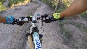 Descenso de senda técnica e inclinada con zanja en lago de Altorreal por Comunidad Biker MTB