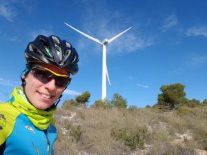 Monte de los Gavilanes con molino de viento y Patricia Carmona por Comunidad Biker MTB
