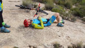 Cazoletas petroglifos en Monte Arabí con comuntiario Kronxito acostado por Comunidad Biker MTB