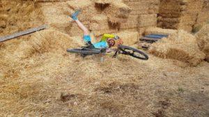 Ciclista Kronxito tirado en la paja de un pajar por Comunidad Biker MTB