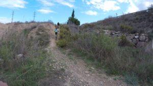 Comunitaria Patricia haciendo un ascenso técnico en ciclismo de montaña en las 3J o Tres Jamones de la Autovía por Comunidad Biker MTB