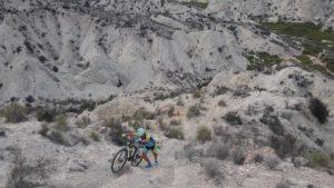 Empujando la bicicleta en subida imposible en Rambla Salada por Comunidad Biker MTB