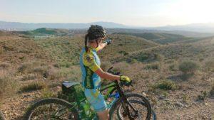 Comunitaria Patricia Carmona señalando hacia el horizonte en ruta de ciclismo de montaña por Comunidad Biker MTB