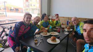 Comiendo y reponiendo reservas tras ruta de ciclismo de montaña por Comunidad Biker MTB