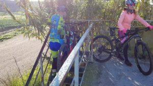 Ciclistas cruzando el puente sobre el río Segura por Comunidad Biker MTB