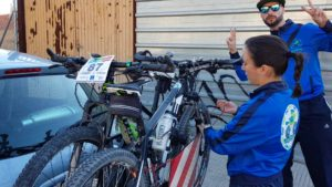 Descargando las bicicletas del portabicis de bola de coche en Corvera por Comunidad Biker MTB