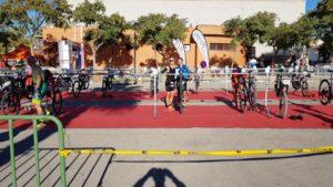 Preparando las bicis en boxes en el duatlón de Corvera por Comunidad Biker MTB