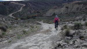 Comunitaria Toñi haciendo ascenso técnico de rampa con inclinación por Comunidad Biker MTB