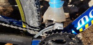 Arreglo casero del desviador del cambio de la bici del comunitario Antonio Asís por Comunidad Biker MTB
