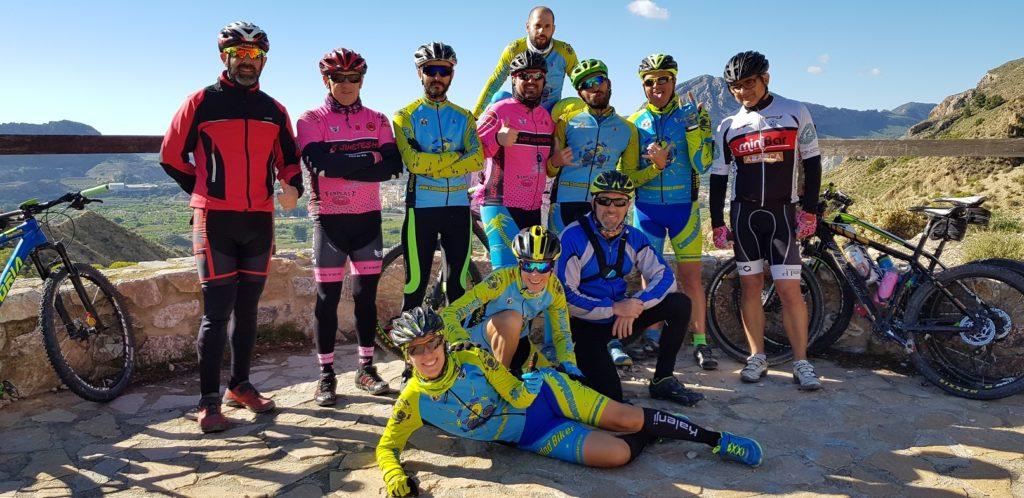 Comunitarios en el mirador del final del Scalextric en la sierra de la Navela por Comunidad Biker MTB