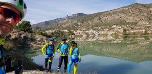 En el embalse del Mayés y al fondo la sierra de Ricote por Comunidad Biker MTB