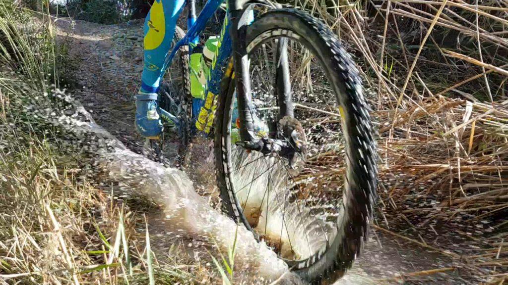 Pasando un charco de agua con la bici de montaña por el Coto Cuadros por Comunidad Biker MTB