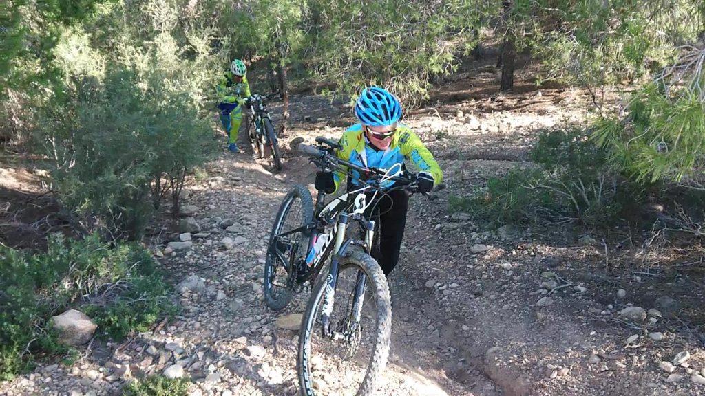 Empujando las bicicletas en la ruta de investigación fallida por el Coto Cuadros por Comunidad Biker MTB