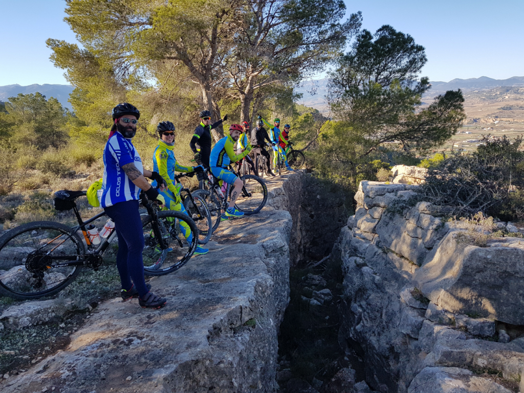 Grieta natural de las piedras de la montaña de Pliego y la Puebla de Mula por Comunidad Biker MTB