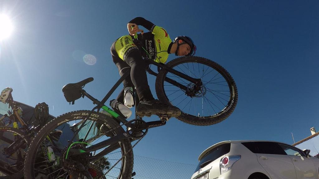 Comunitario Samuel haciendo filigranas con la bicicleta besando la rueda delantera por Comunidad Biker MTB