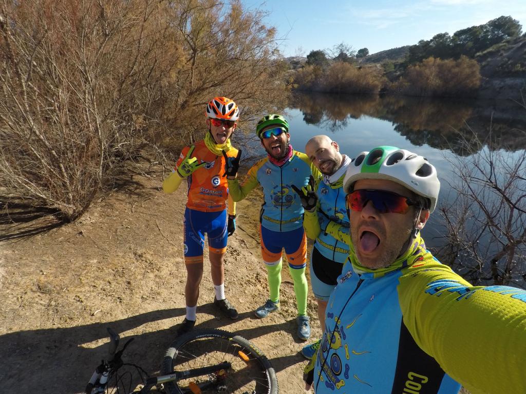 Ciclistas de Comundidad Biker MTB haciendo lo que mejor saben hacer el tonto en el lago del Altorreal