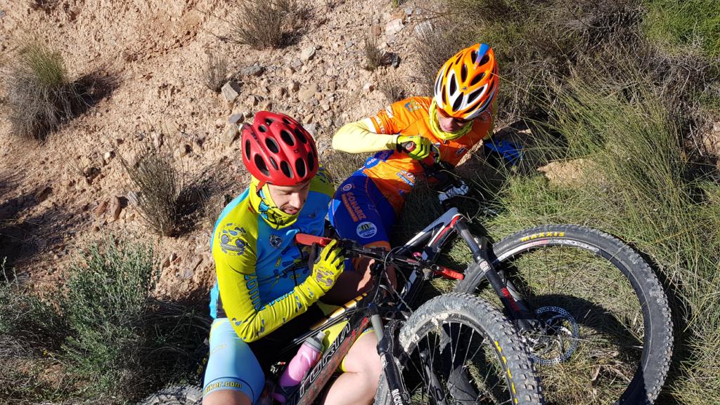 Caída de ciclistas uno encima del otro por Comunidad Biker MTB