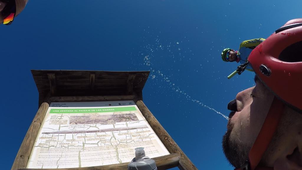Ciclista fuente-man Kronxito haciendo de fuente humana con agua en la Vía Verde del Suroeste