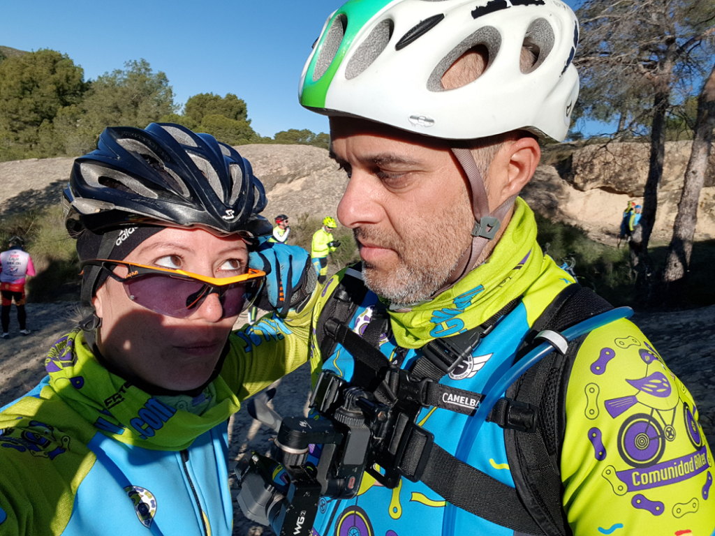 Comunitario Alonso mirando a la comunitaria Patricia con cara de circunstancias en la Cueva del Belén por Comunidad Biker MTB