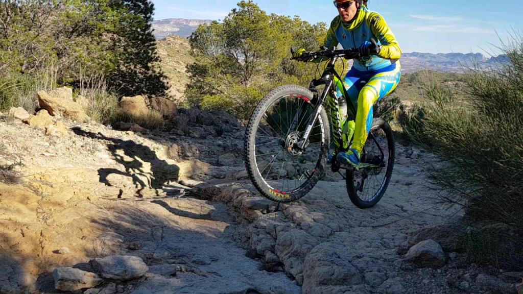 Ascenso técnico en ciclismo de montaña por comunitaria Patricia en la sierra de la Navela por Comunidad Biker MTB