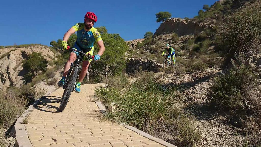 Descenso del sendero adoquinado Scalextric en la sierra de la Navela por Comunidad Biker MTB